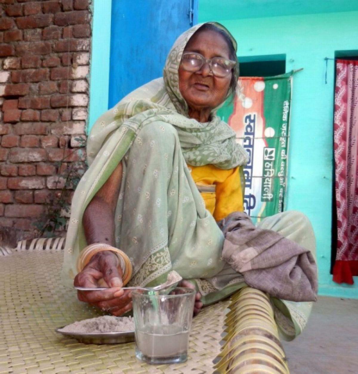 В Индии живет старушка, которая есть ежедневно 1 килограмм песка
