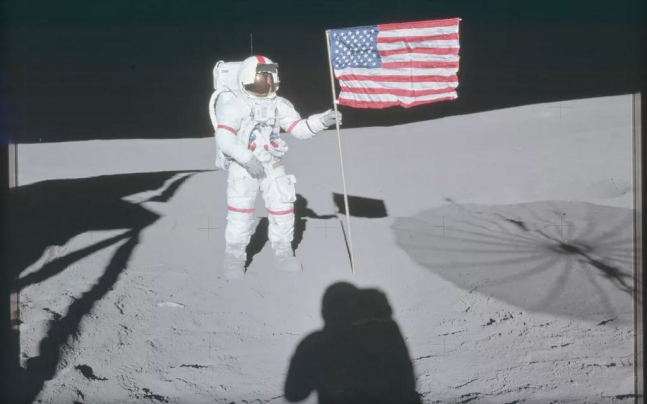 В сеть выложили фото астронавтов из США на Луне