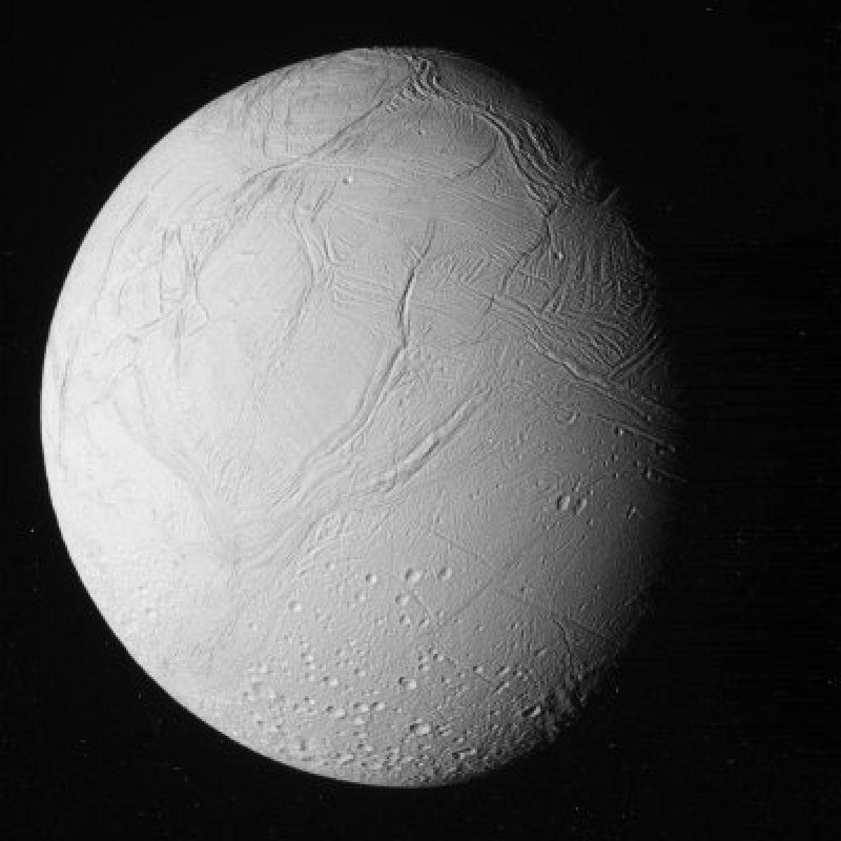 Фото Энцелада, произведенные «Кассини» во время последнего сближения со спутником Сатурна