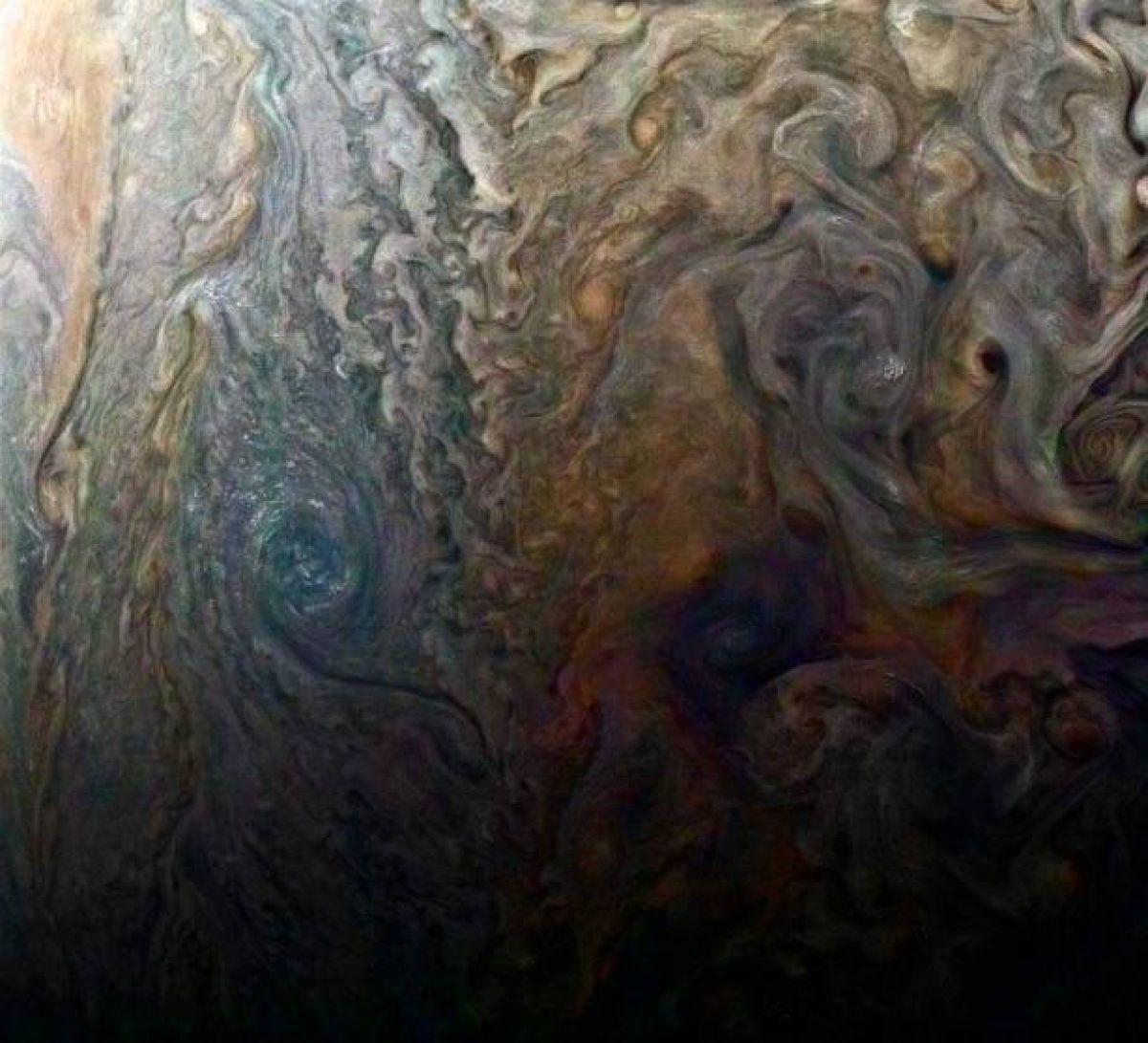 Опубликованы фото крупного урагана на Юпитере