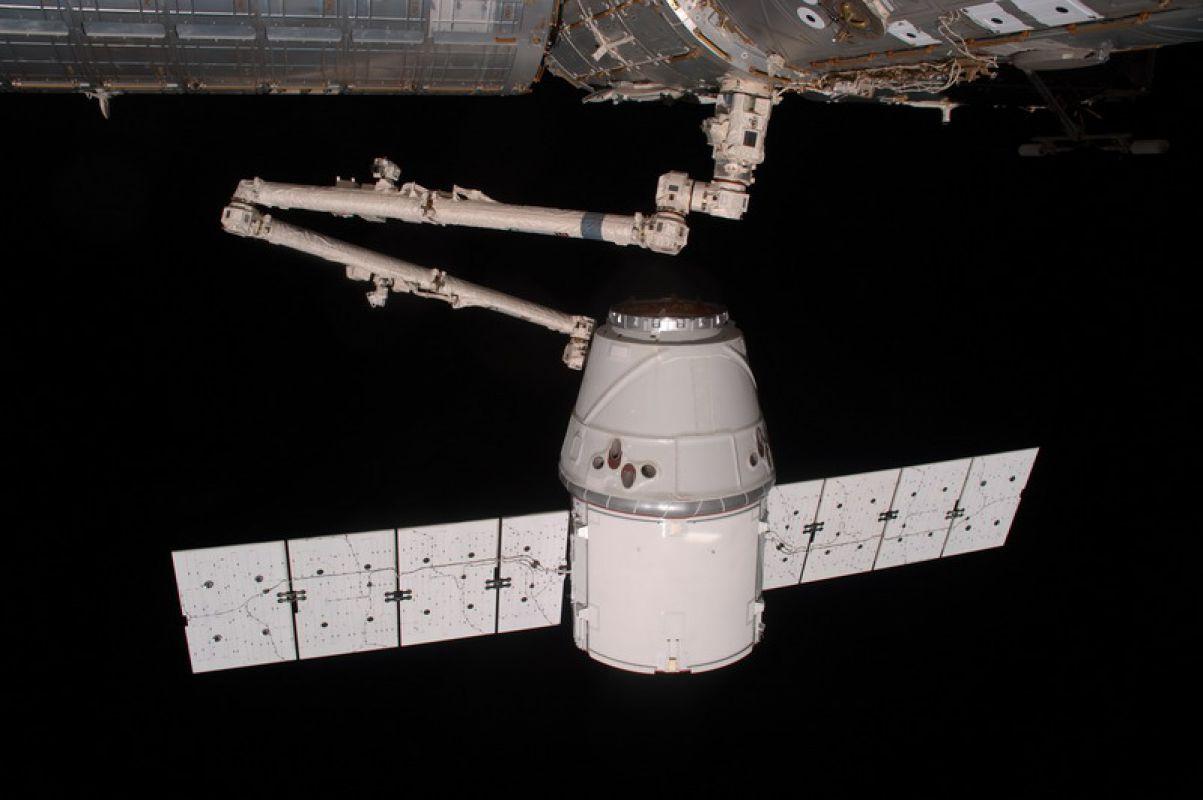 SpaceX в 12-й раз запустила корабль с грузом для МКС и вернула ступень ракеты на Землю