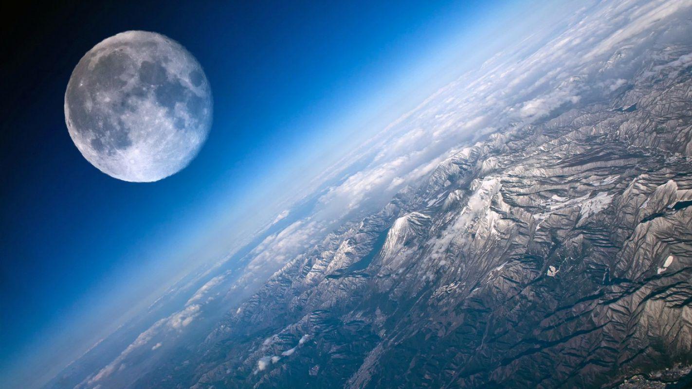 Луна имела плотную атмосферу, включавшую водяной пар