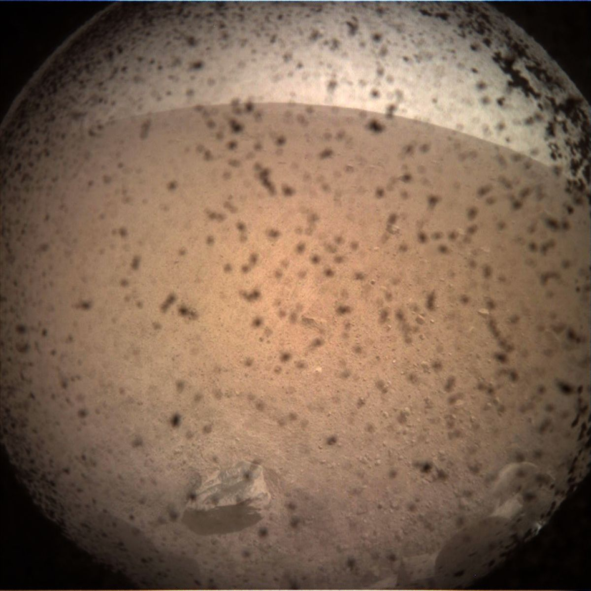 Аппарат NASA InSight отправил первый фотоснимок Марса