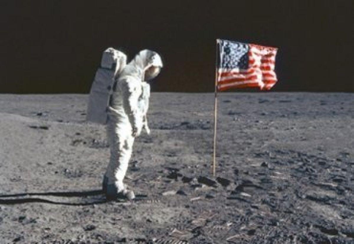 Скорая смерть экс-сотрудника NASA после интервью об инопланетных строениях на Луне озадачила исследователей