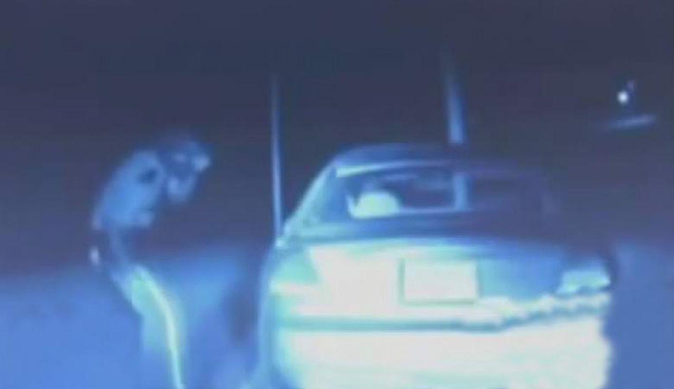 Сеть ошарашило видео, в котором нечто из небес превращает полицейского в пыль