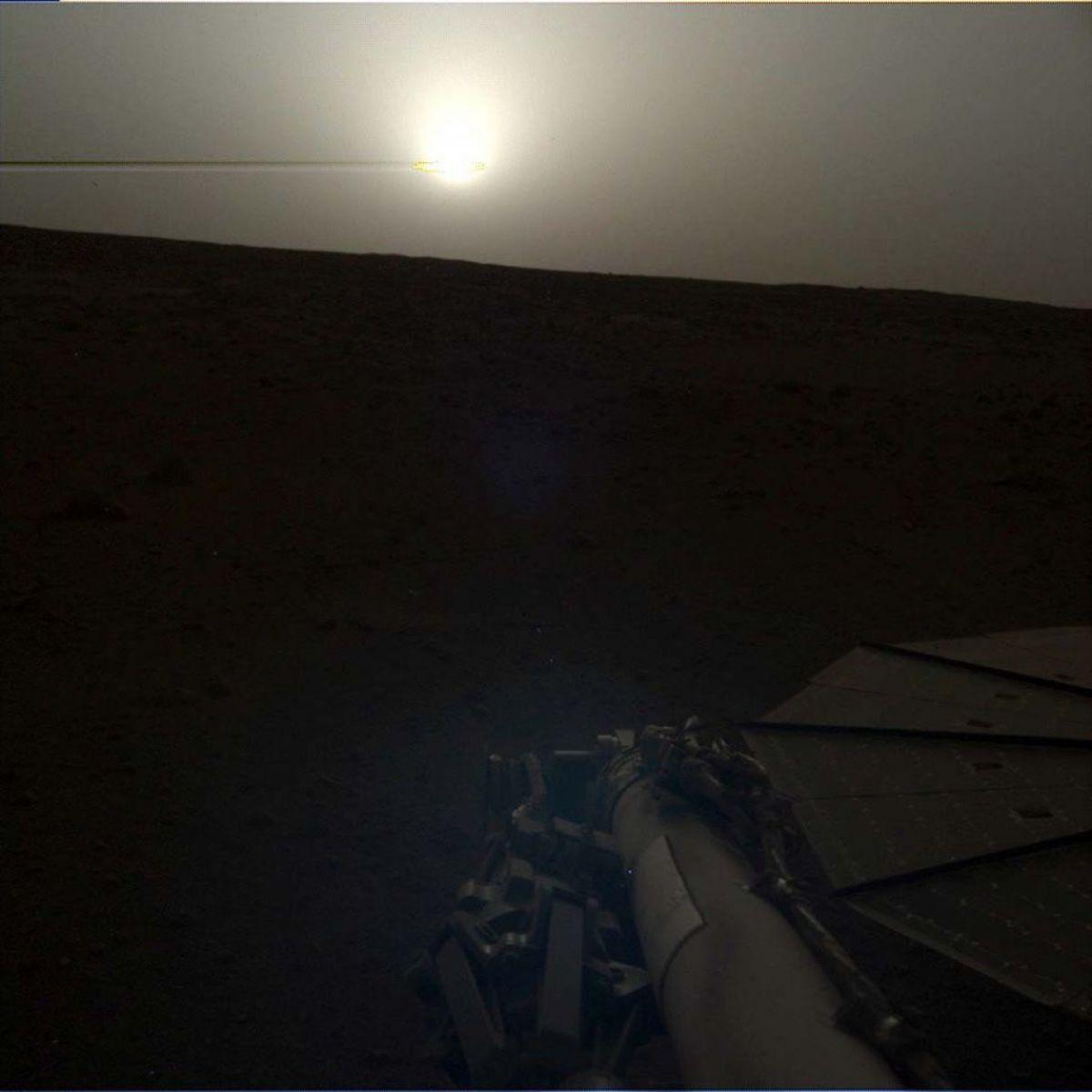 InSight Lander, находящийся на Марсе уже ровно сто дней, прислал интересный снимок заката