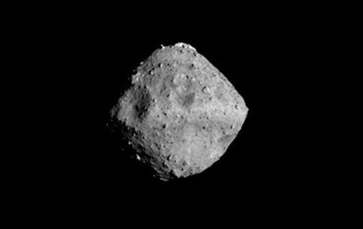 Зонд «Хаябуса-2» создал на поверхности астероида Рюгу искусственный кратер