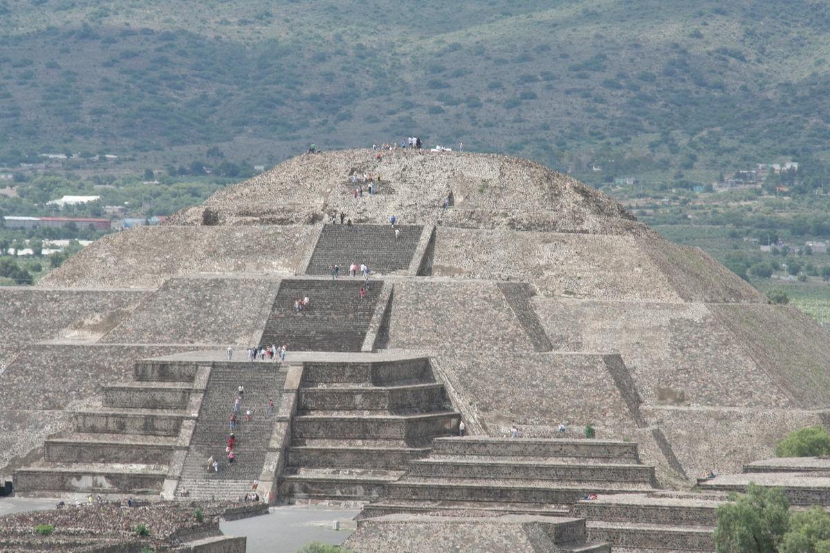 В Нью-Мехико над пирамидой Луны в Теотиуакане появился НЛО, его сняли с близкого расстояния, фото