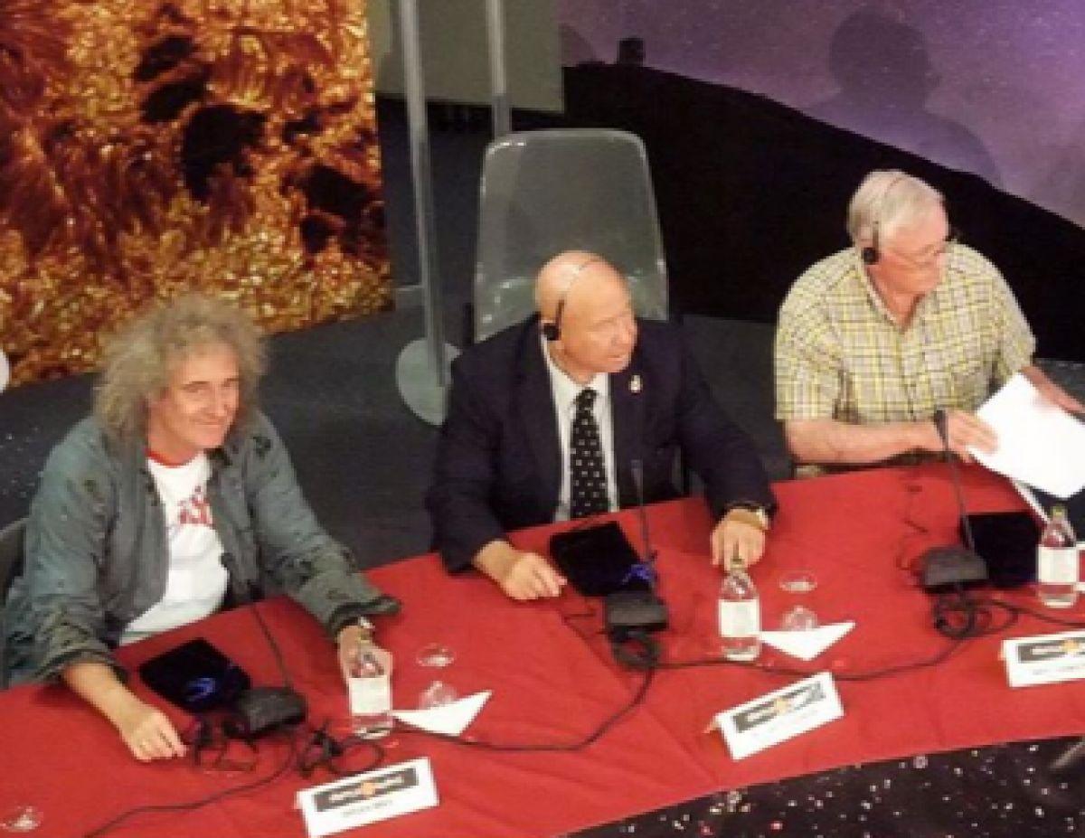«Мы потеряли настоящего героя»: Гитарист Queen почтил память космонавта Алексея Леонова