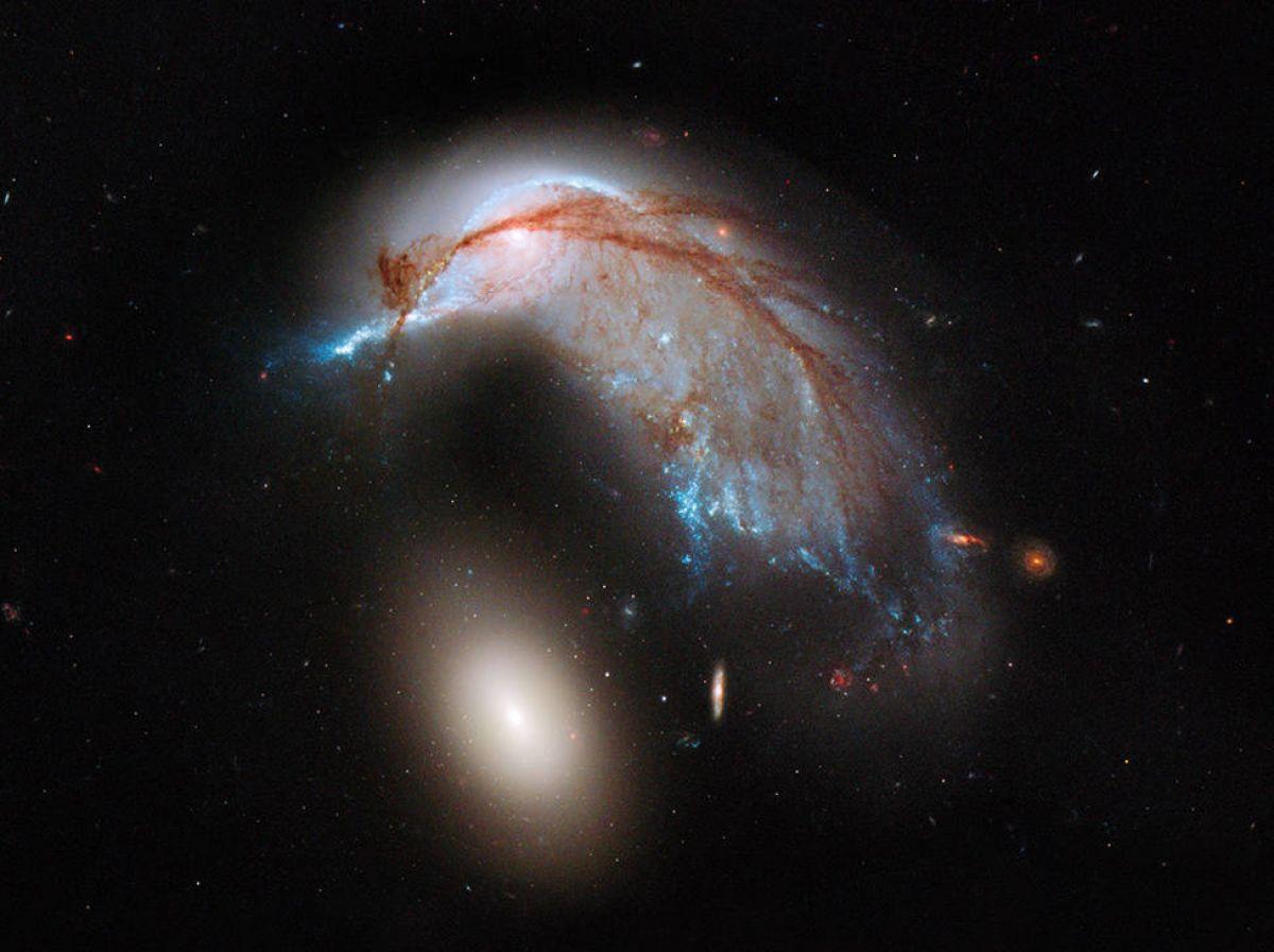 Хаббл сделала снимок пары дружелюбных галактик