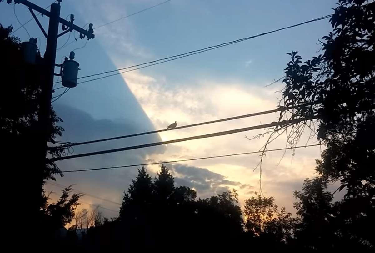 В США очевидцы сняли в небе гигантский полупрозрачный НЛО
