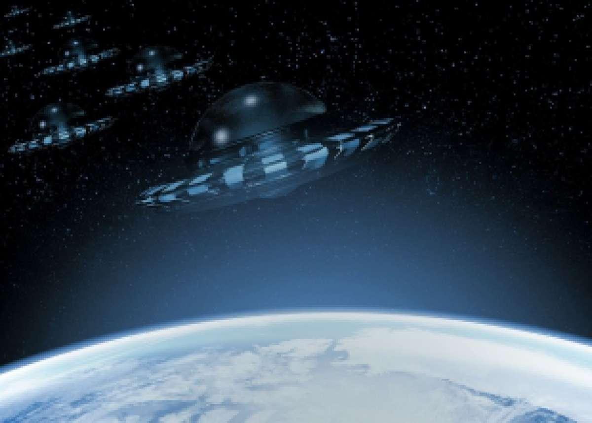Камера спутника запечатлела полет двух летающих тарелок над Калифорнией