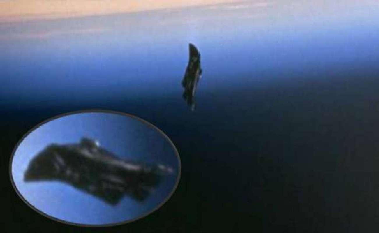"""Камеры """"NASA"""" зафиксировали НЛО на фоне Луны"""