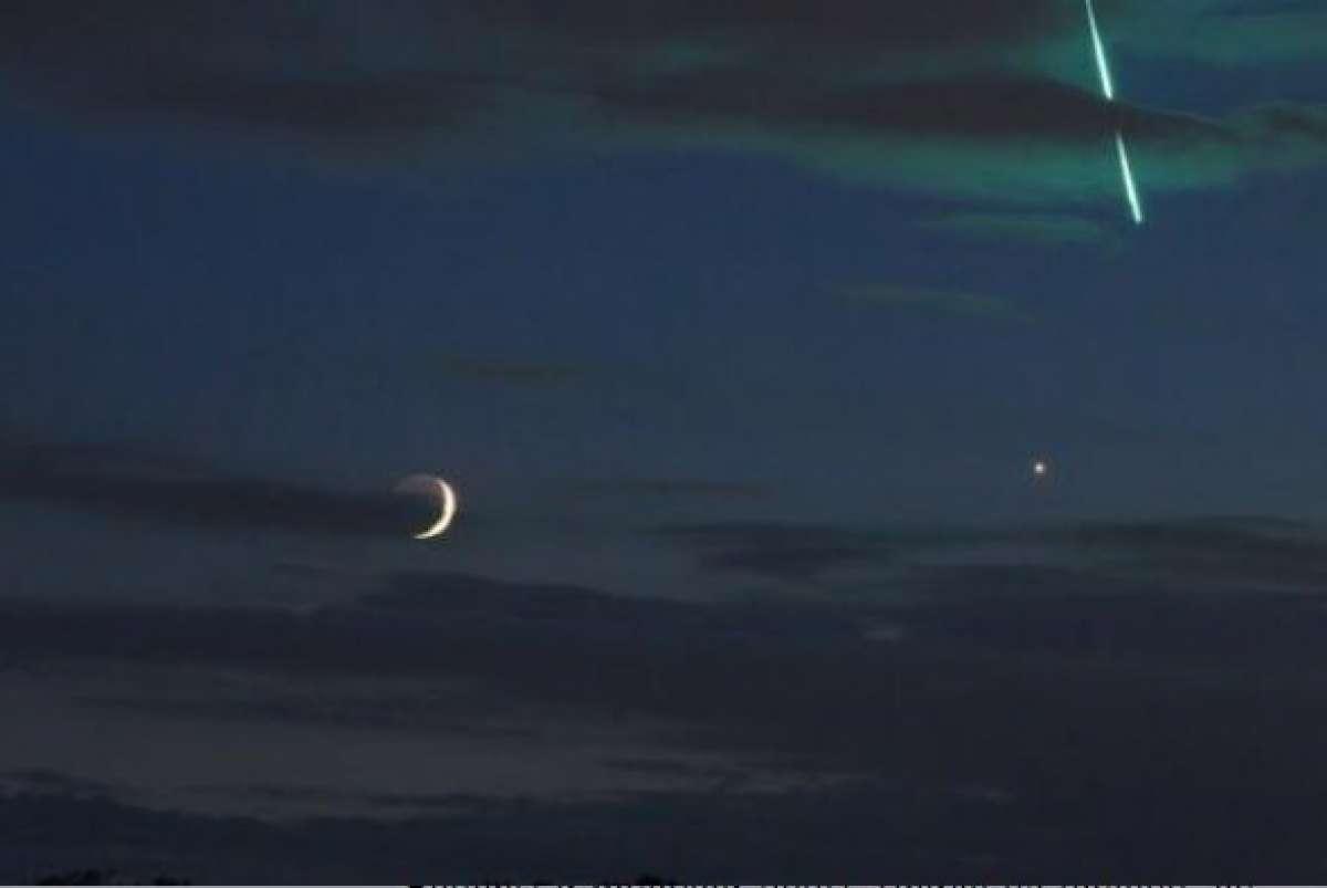 Немецкий фотограф запечатлел в ночном небе странный космический объект, падающий на землю