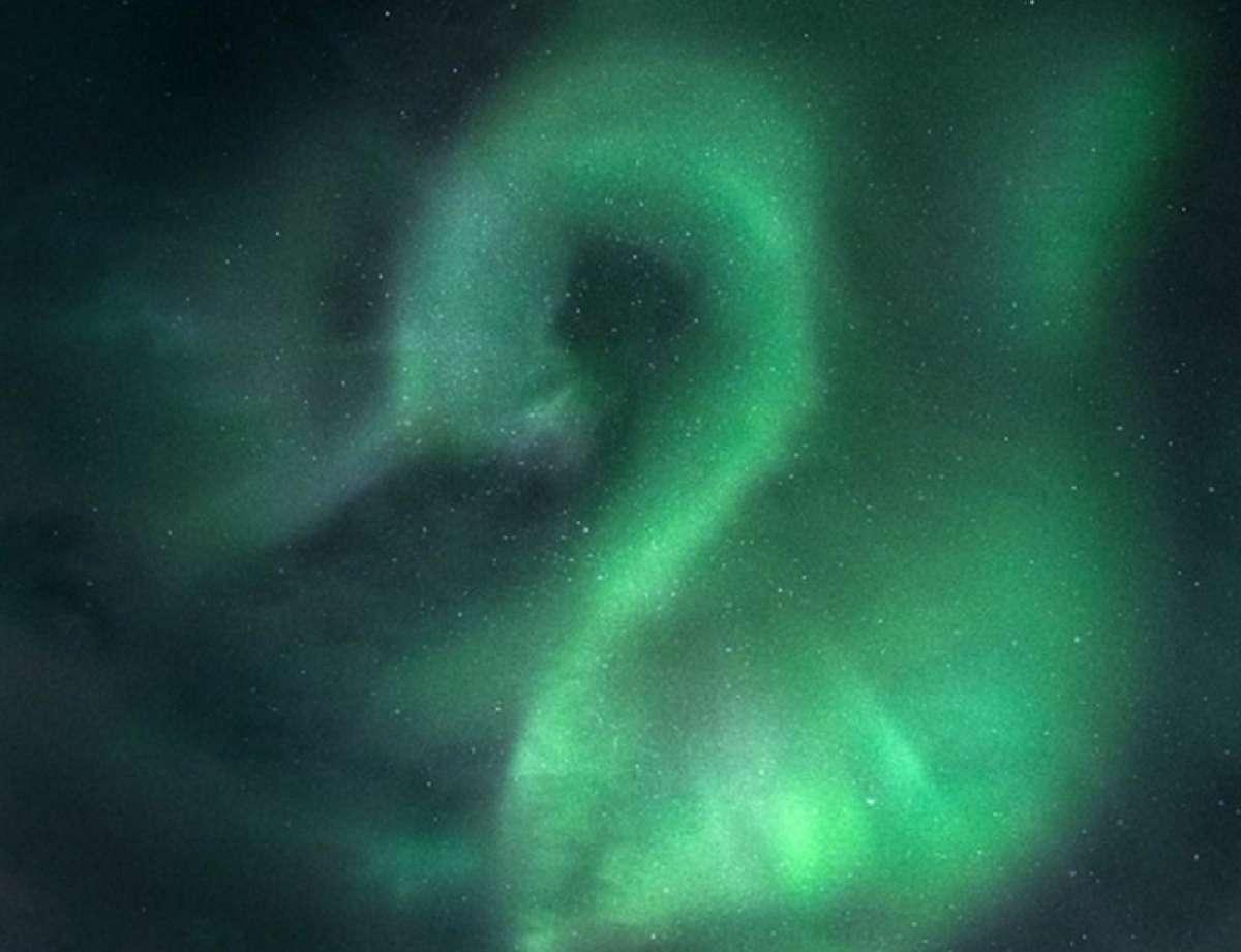 """Тайный знак: В небе на Мурманском появилось северное сияние в виде цифры """"2"""""""