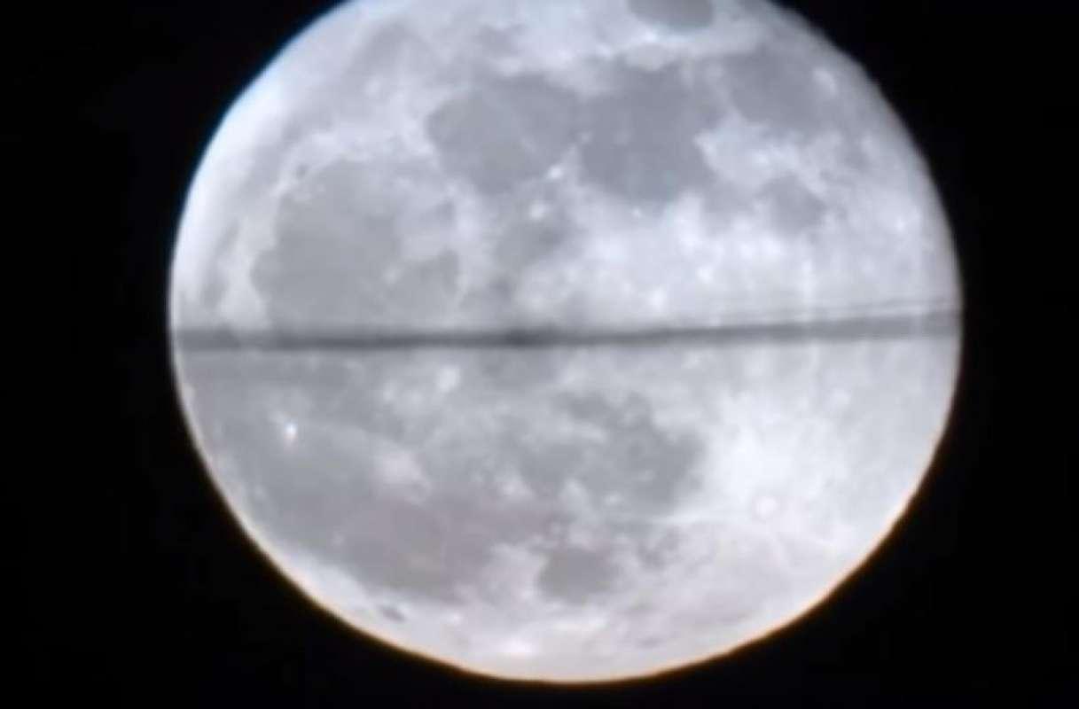 Видео с таинственной полосой, ползающей по Луне, взбудоражило Сеть
