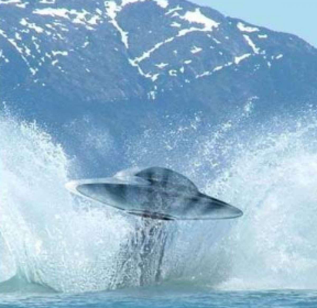 «Летающая тарелка» появилась в Японском море и покорила интернет