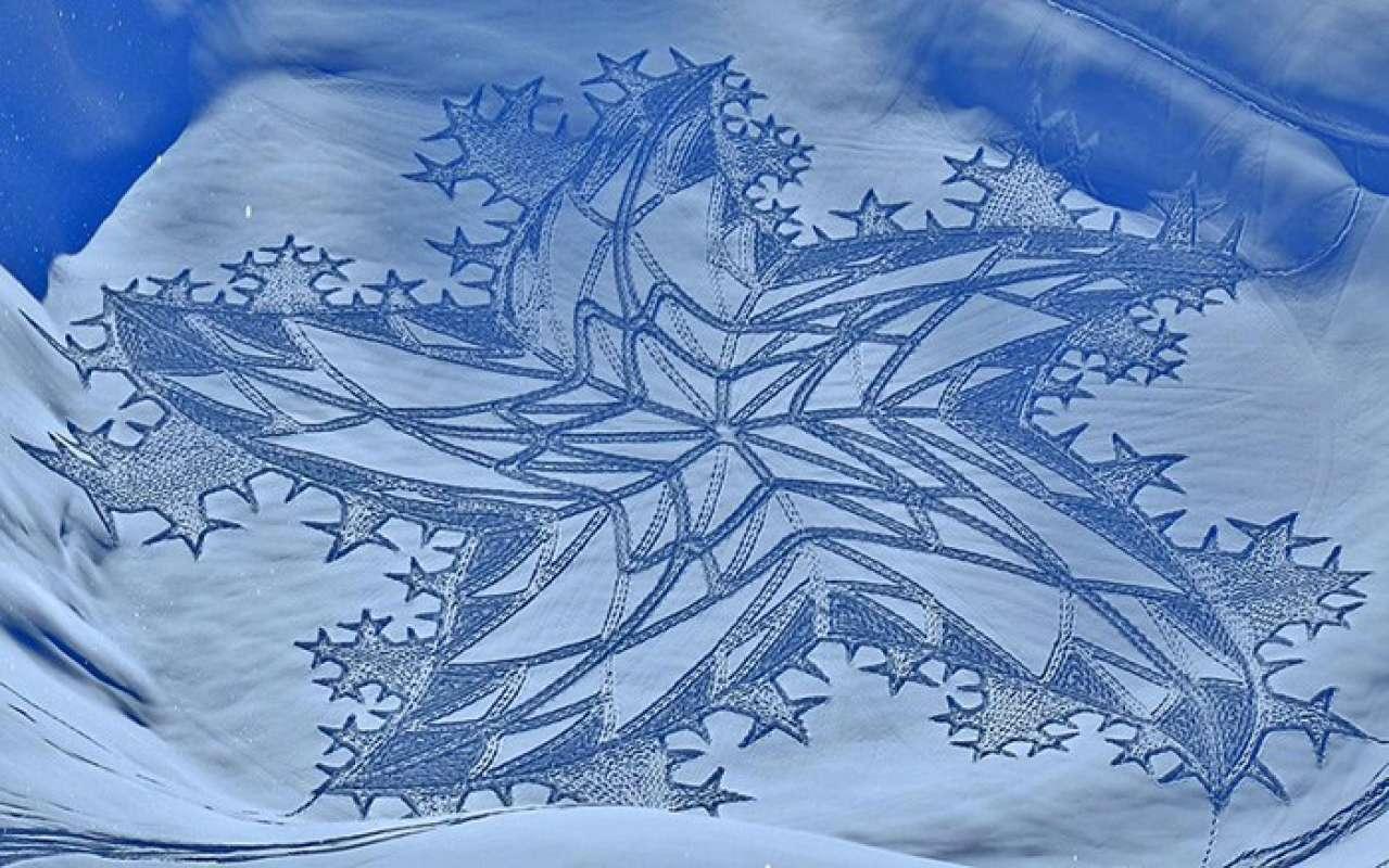 Британец запечатлел невероятный узор на снегу и удивил соответствующим снимком интернет