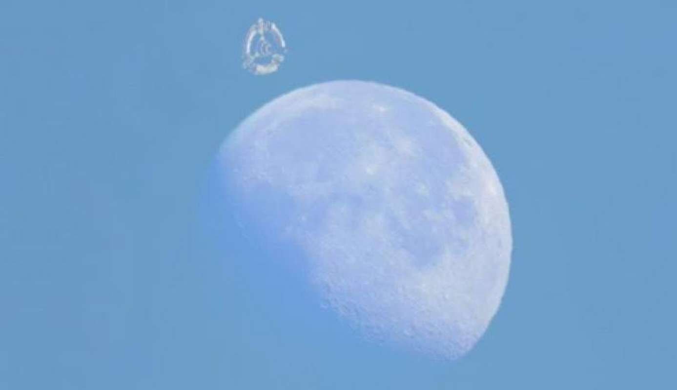 Немыслимая картина попала на видео: Возле Луны появился гигантский объект, похожий на космическую станцию