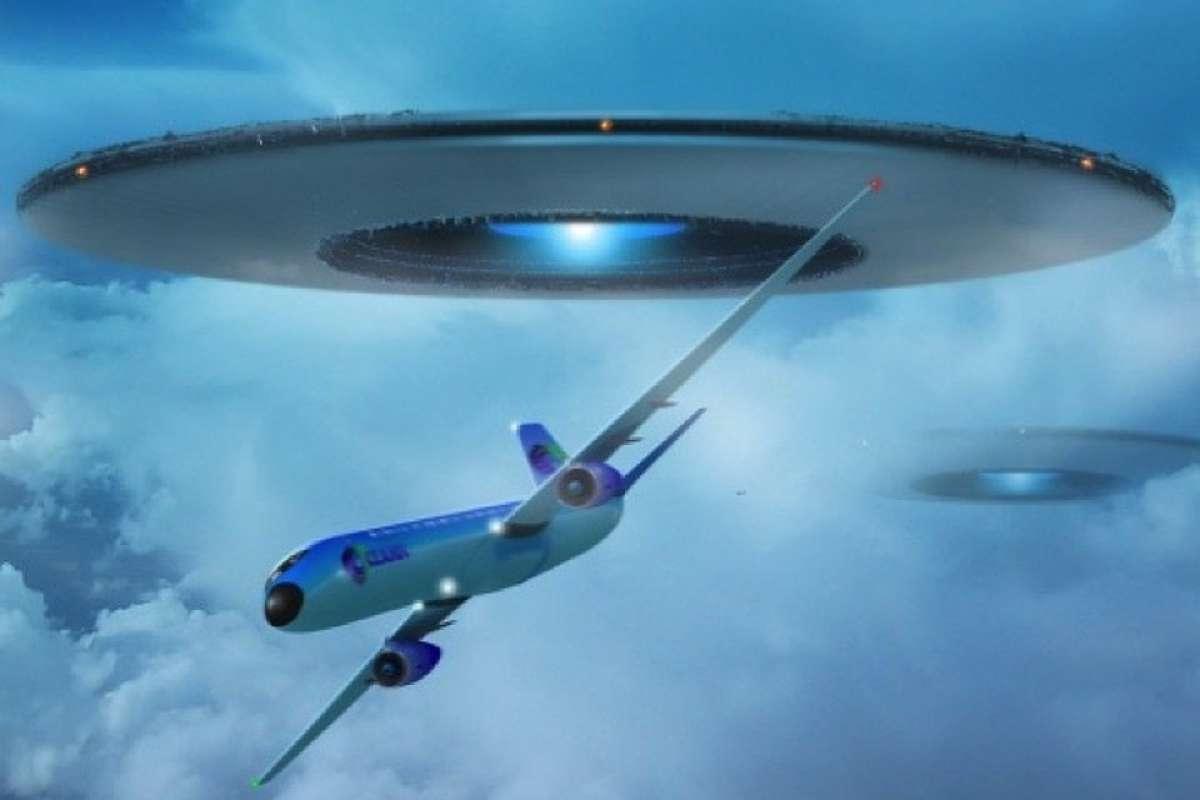 Сеть в шоке: Из окна самолёта на видео сняли НЛО