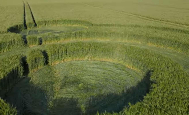 Первые в этом году круги на полях в Великобритании показали на видео и с очень близкого расстояния, и с высоты птичьего полёта