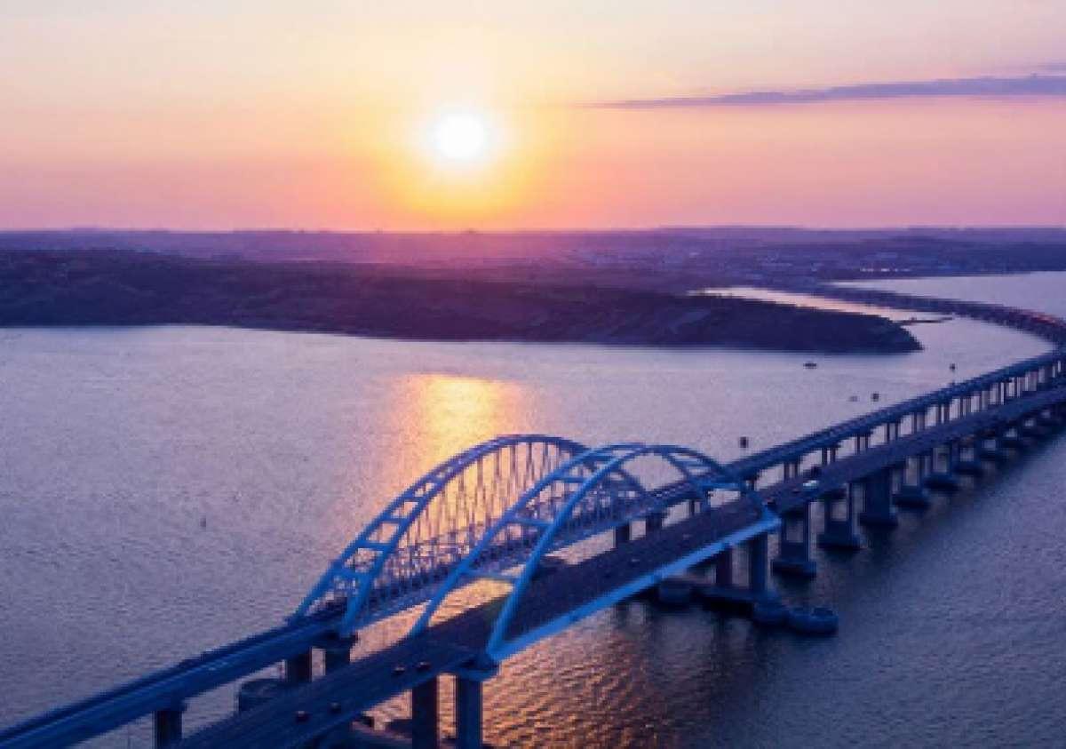 Уфологи озадачены постоянными визитами НЛО над Керченским мостом