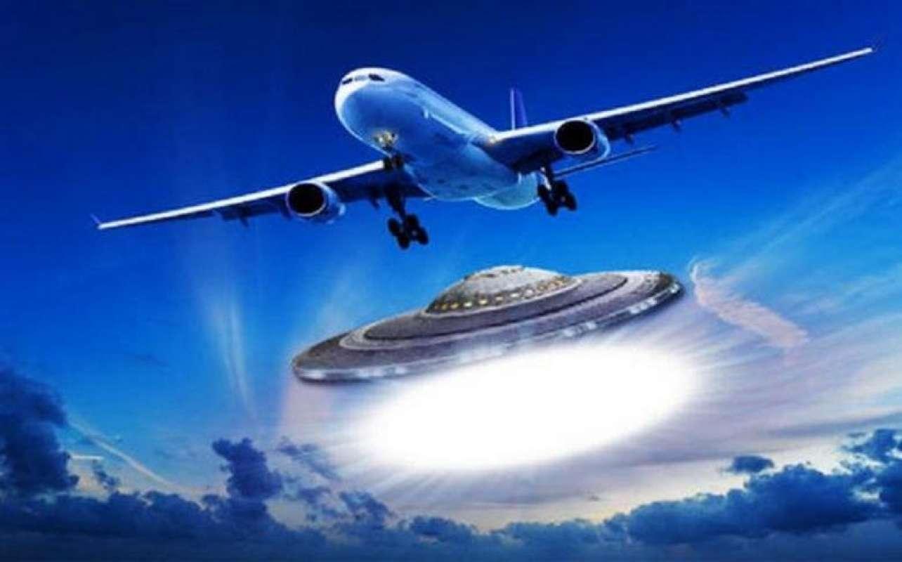 Кадры с НЛО, едва не столкнувшимися с авиалайнером, поразили интернет