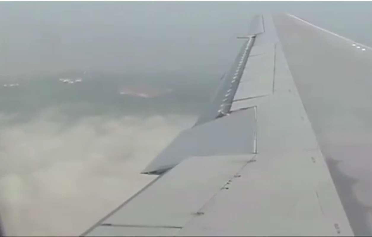 НЛО пролетел прямо возле самолёта, интригующее видео
