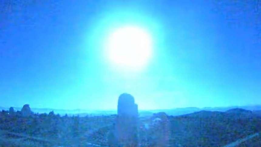 Мощный взрыв метеорита превратил ночь в испанской провинции в день