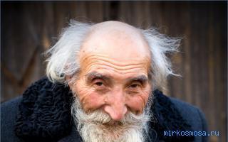 devushka-tseluetsya-starikom-foto