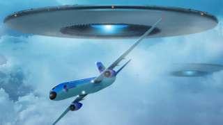 НЛО пролетает мимо иллюминатора самолета на Гавайях
