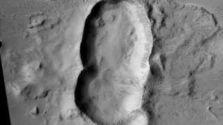 Кратер с необычной формой обнаружили на поверхности красной планеты
