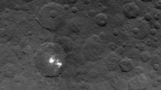 На поверхности Цереры обнаружены загадочные светлые пятна, создающие впечатление наличия некой атмосферы