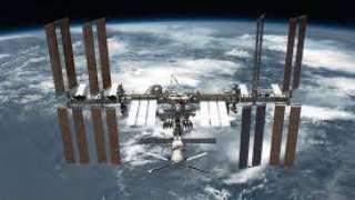 Рядом с МКС пролетел неопознанный объект, что удалось заснять камерой установленной на космостации