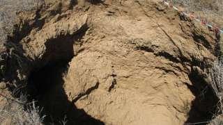 Огромная воронка образовалась в поле под Волгоградом