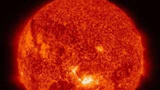 НАСА опубликовало новый снимок поверхности Солнца, на котором отчетливо видна вспышка