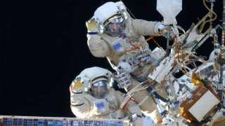 Падалка и Корниенко прогулялись по космосу