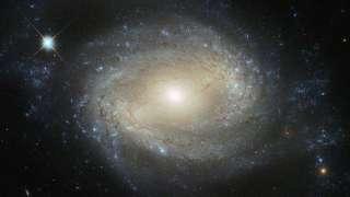 В созвездии Девы поселился «голодный монстр», которого запечатлил телескоп «Хаббл»