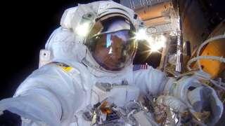 Американские астронавты вышли в открытый космос
