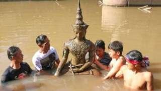 На дне реки Меконг обнаружили древнюю статую Будды благодаря «мистическому свечению»