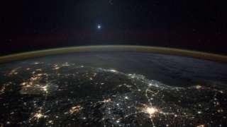 NASA опубликовало фотографию Венеры на фоне Земли