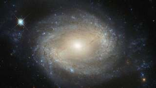 «Хаббл» сфотографировал спиралевидную галактику с огромной прожорливой черной дырой в центре