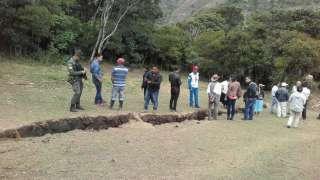 Аномальная грунтовая трещина в Колумбии начинает увеличиваться