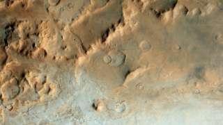 ЕКА опубликовало фотоснимок ледяной марсианской долины