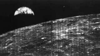 NASA опубликовало первую фотографию Земли с Луны