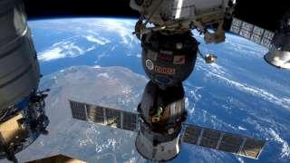 В открытом космосе Юрчихин и Рязанский запустили спутник и испытывают новый скафандр