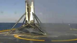 """Первая ступень ракеты """"Falcon 9"""" чуть не сгорела дотла во время приземления"""