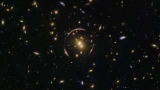 """Hubble обнаружил в космосе """"глаз"""" из галактических скоплений"""