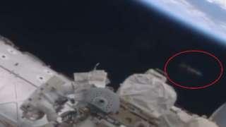 Рядом с МКС пролетел странный объект продолговатой формы
