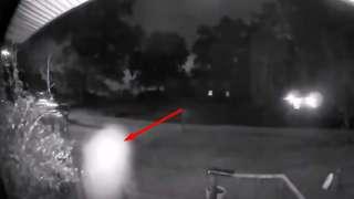 В США НЛО подлетел впритык к камере видеонаблюдения